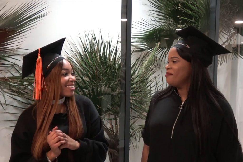 Deux jeunes étudiantes avec leur diplôme